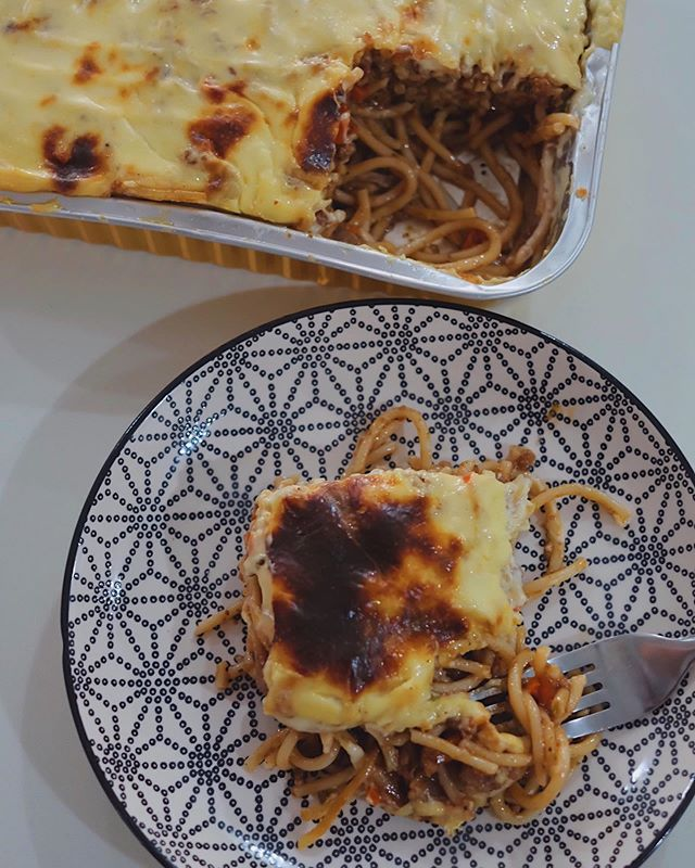 It's safe to say that my merienda is better than yours.😃 This is @mamuscookinggood's Cream Cheese Spaghetti tray! Creamy (that cream cheese topping!👌🏻), well-coated noodles that the kids will love cause it has a hint of sweetness, just the right amount of meatiness and some sneaky little cubes of of carrots (good way to get the kiddos to take in their veggies!). Good news is that they deliver! Yay!!!🎉😊 Thanks @mamuscookinggood for sharing this with my family!💕