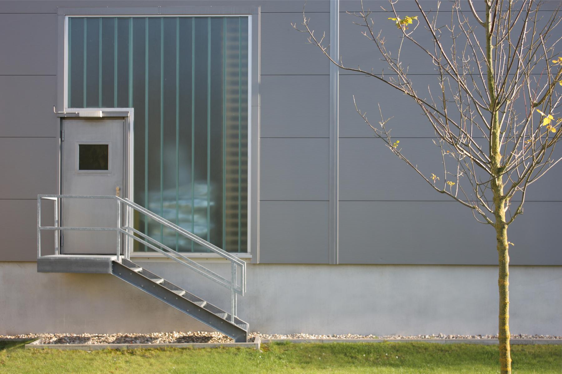 Industriebau - Funktionalität wirkt sich fördernd auf die Produktivität eines Unternehmens aus, architektonische Gestaltung bestimmt die Wirkung und Darstellung in der Öffentlichkeit
