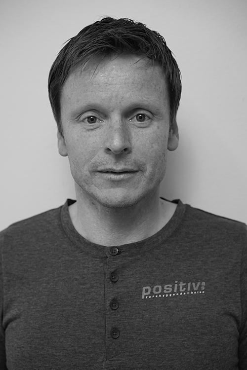 Geir Stølsvik - Daglig lederUtdannet massasjeterapeut og akupunktør. Jobber til daglig ved helseavdelingen til Olympiatoppen og har ansvaret for den daglige driften av Positiv Forebyggende Helse AS.