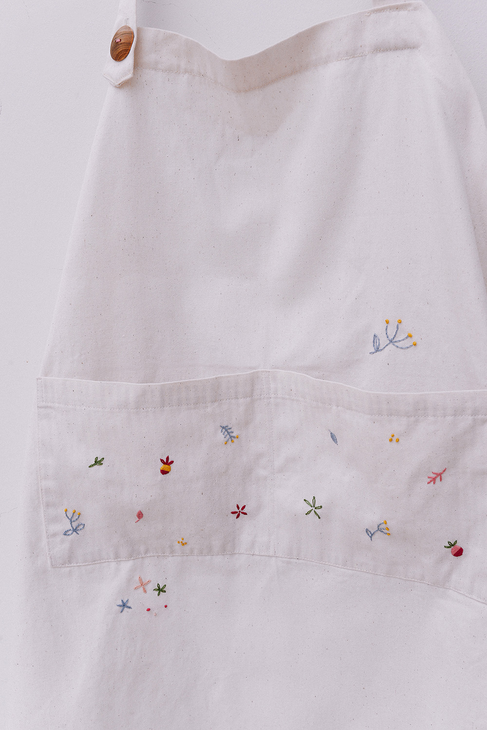 [sold]   Playful apron No.1 / $20.5   Material: Khaki  Colour: White  Hand wash for best result