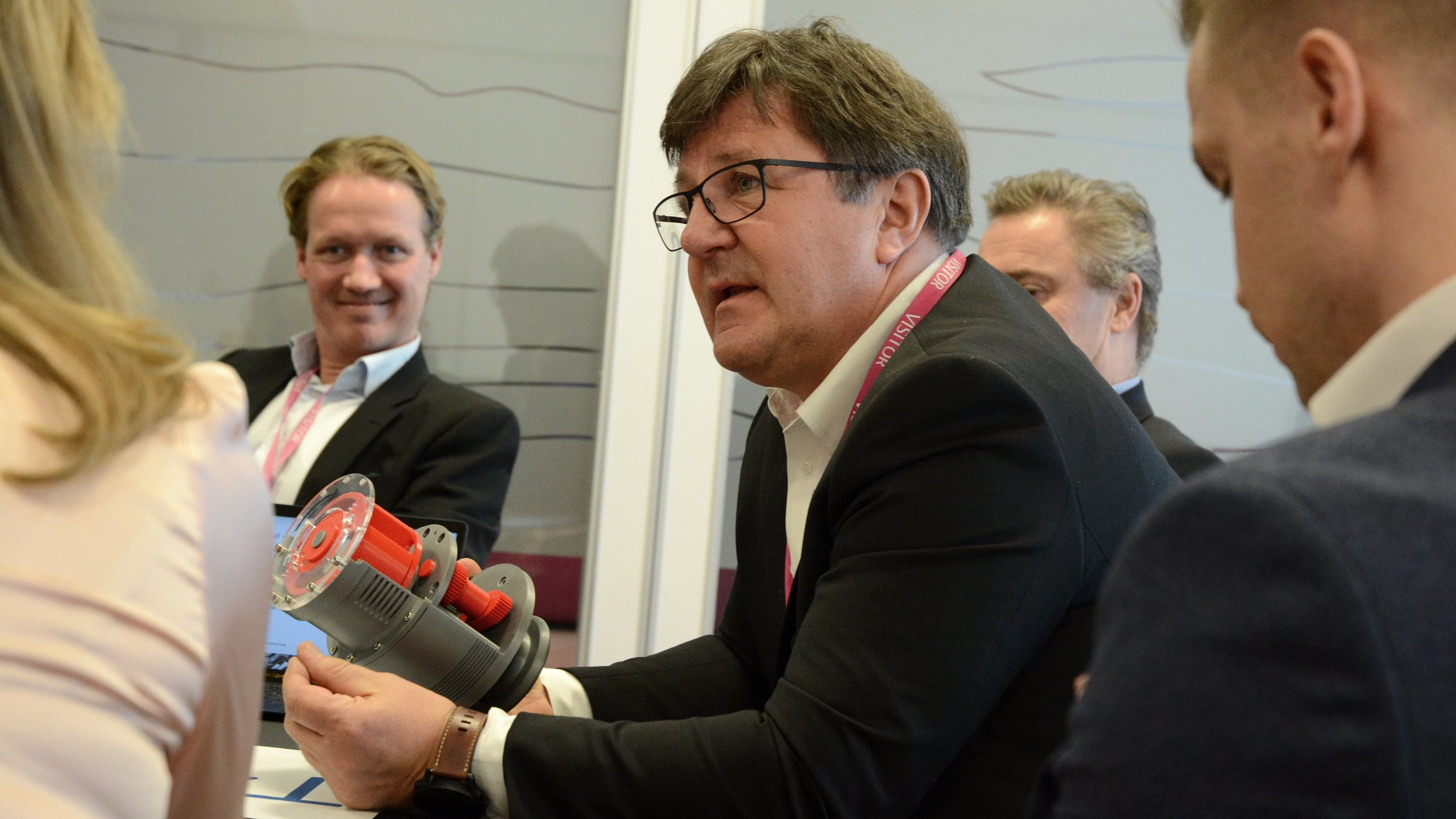 Tor Arne Hauge presenterer teknologien til OTECHOS, som kan brukes både som pumpe, kompressor, forbrenningsmotor og varmegjenvinner.  Foto: Ina Steen Andersen   www.tu.no
