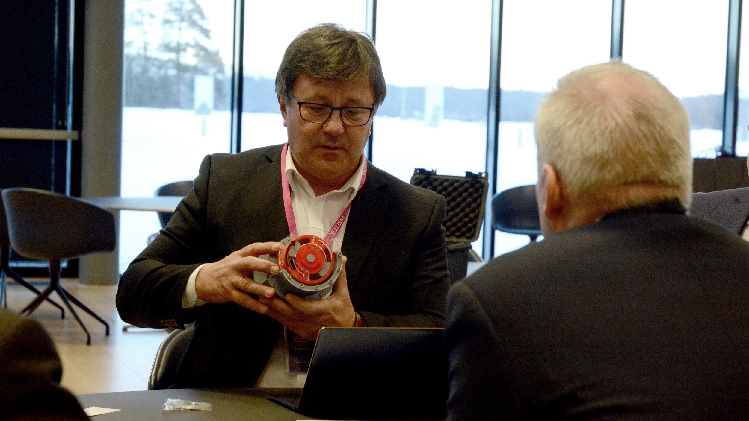 Teknologidirektør i Equinor, Anders Opedal, følger interessert med når Tor Arne Hauge forklarer hva som er unikt med vår teknologi.  Foto: Ina Steen Andersen  www.tu.no