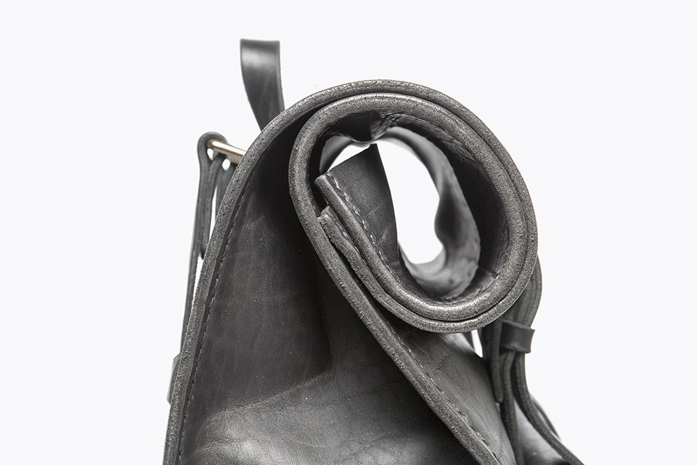 6 RS L Black - PP Detail roll top_LR.png