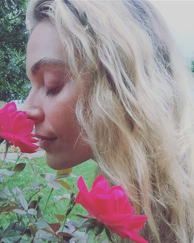 Stopped to smell the roses, should really do it more often 🌹❤️🙏🏻 #grateful #mama #singer #songwriter #nashville