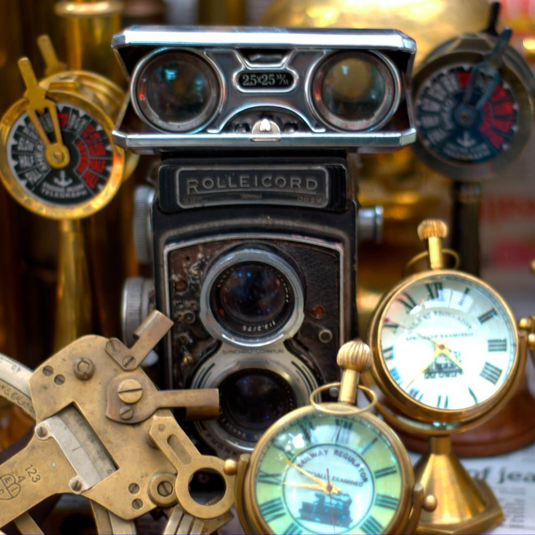 Antiques_being_sold_on_Colaba_Causeway-1.jpg