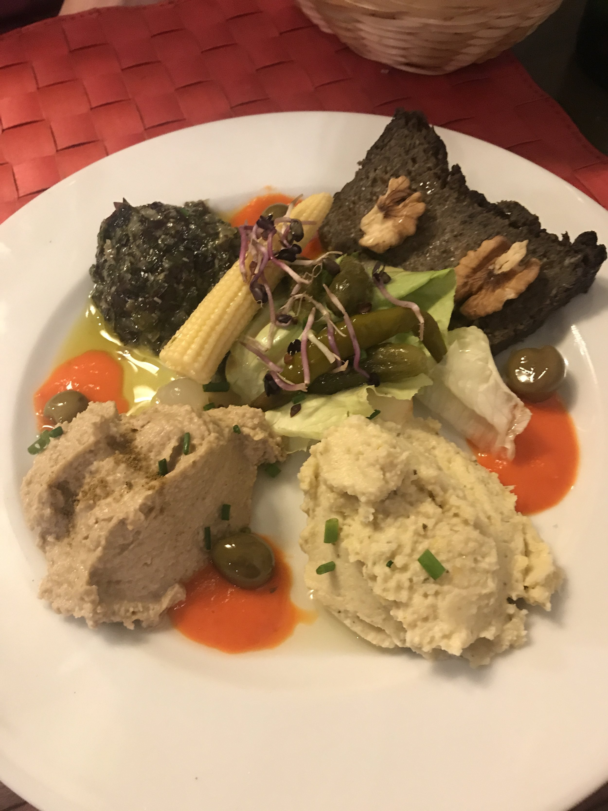 Vegan Assiette de Tartinades (Purée de pois chiches, Pâté forestier, Caviar d'aubergines et Tartare d'algues)