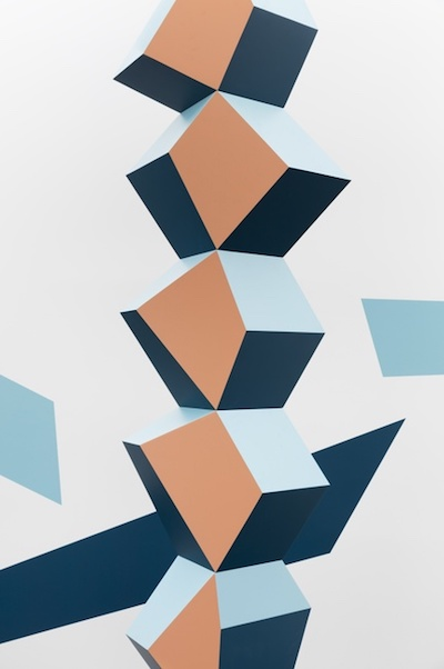 Heavy Metal Tall Stack: Beige and Blues, 2017 (detail; foreground), Powder-coated steel, 400 x 70 x 50 cm, Photo © Andrea Rossetti