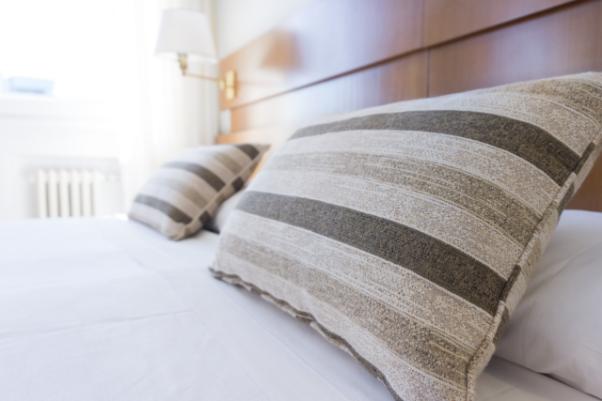YOURBIZ-LOCATION-guest-bedroom-spring-essentials-decorative-pillows.png