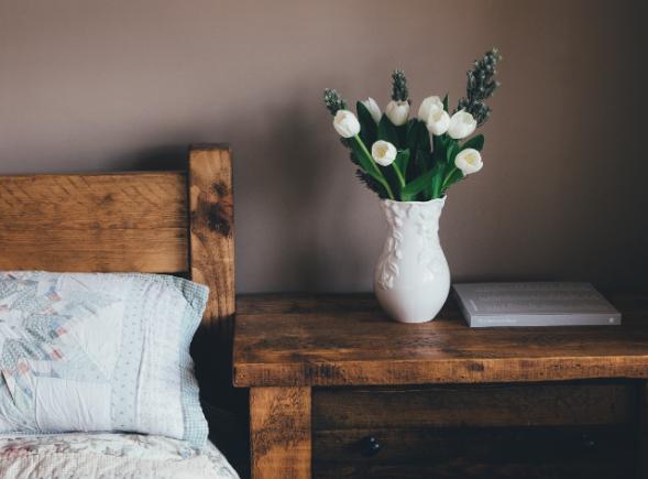 YOURBIZ-LOCATION-guest-bedroom-spring-essentials-flowers-vase.png