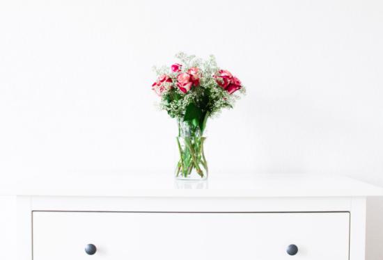 YOURBIZ-LOCATION-guest-bedroom-spring-essentials-fresh-flowers.png