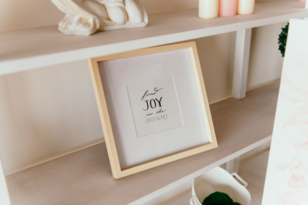 BIZ-LOCATION-how-to-style-bookcase-tabletop-frames.jpg