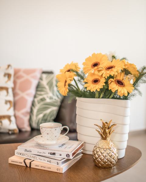 BIZ-LOCATION-how-to-style-bookcase-tabletop-books-flowers-teacup.jpg