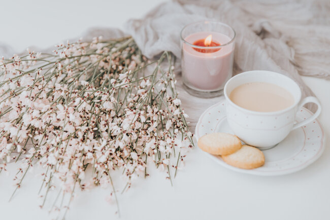 BIZ-location-fall-winter-decor-pink-candle-frosted-foliage.jpg