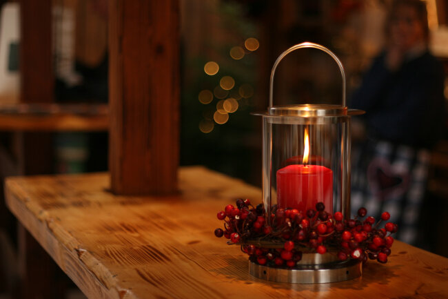 BIZ-LOCATION-cinnamon-candle-red-wood-counter-fall-winter-decor.jpg