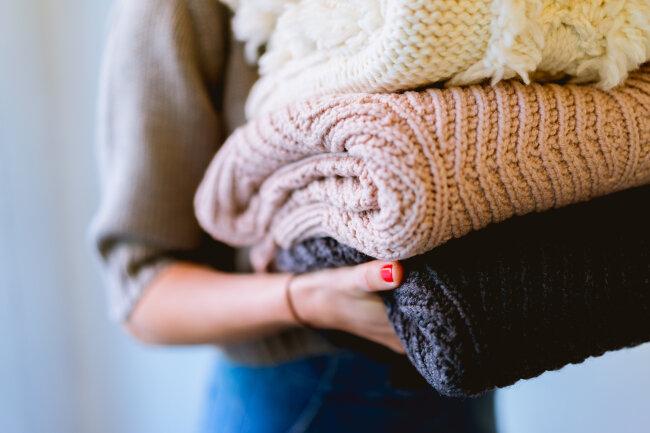 BIZ-LOCATION-pink-white-grey-folded-blankets-fall-winter-decor.jpg