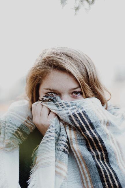 BIZ-LOCATION-woman-scarf-fall-winter-decor.jpg