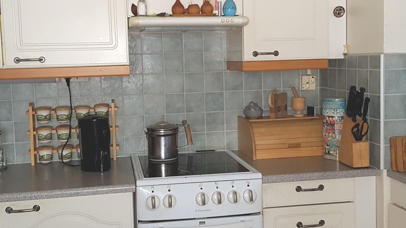 Kuukkelintie 38 kt 4h,k,kph 95m2 - Ounasmetsän alueella myynnissä iso huoneisto, jossa kylpyhuone remontoitu 2015 ja keittiö 2005. Eteisessä, keittiössä ja olohuoneessa laminaattilattia. Parvekkeelta suoraan takapihalle. Hp 99.800€