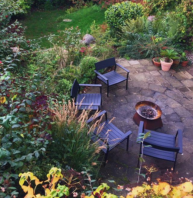 Sultry Autumn tones in this rejuvenated garden in Haslemere. ⠀⠀⠀⠀⠀⠀⠀⠀⠀ ⠀⠀⠀⠀⠀⠀⠀⠀⠀ #gardendesign #haslemere #surreygarden #newbarngardendesign #landscapedesign #surrey