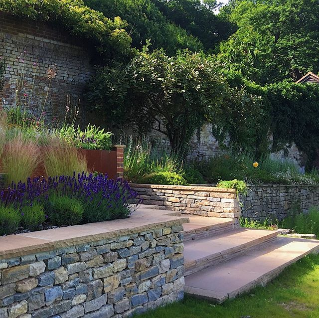 Evening rays touching the base of the staircase in this  Haslemere garden completed by New Barn Garden Design in Spring. Hard landscaping by Graduate Landscapes with purbeck stone walling by Andrew Loudon and team @infoloudon⠀⠀⠀⠀⠀⠀⠀⠀⠀ ⠀⠀⠀⠀⠀⠀⠀⠀⠀ #gardendesign #haslemere #surreygarden #newbarngardendesign #landscapedesign #surrey⠀⠀⠀⠀⠀⠀⠀⠀⠀ #drystonewalling