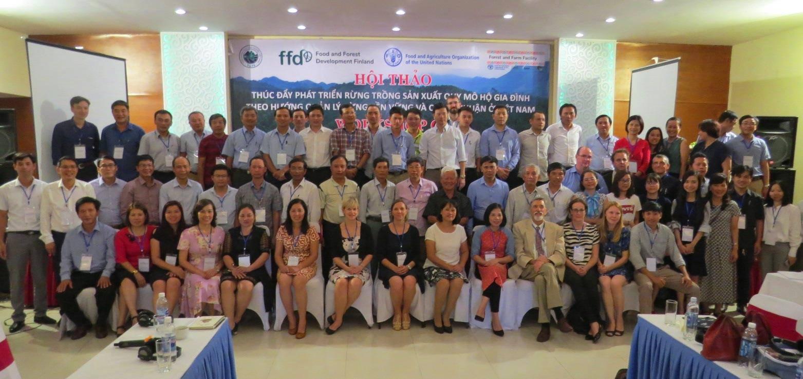 Metsätyöpajan osallistujia syyskuun lopussa Vietnamin Huessa. Kuva: FFD
