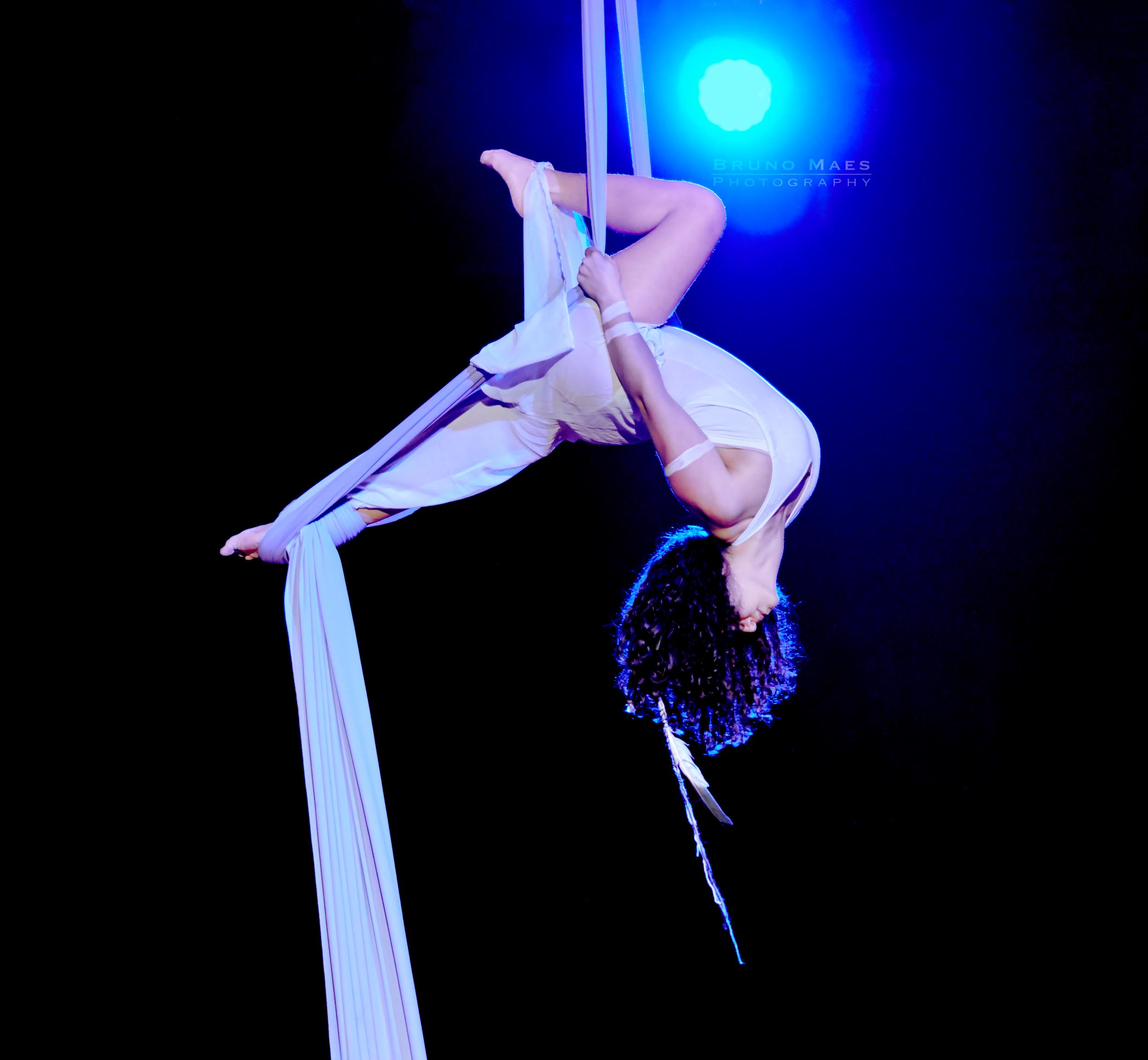 Nur CimenciKiné et proffesseur de yoga.Passionnée par le cirque, letissu-aérien,les animaux,yoga, le dessin et l'écriture. - Partenaire de Spectacle