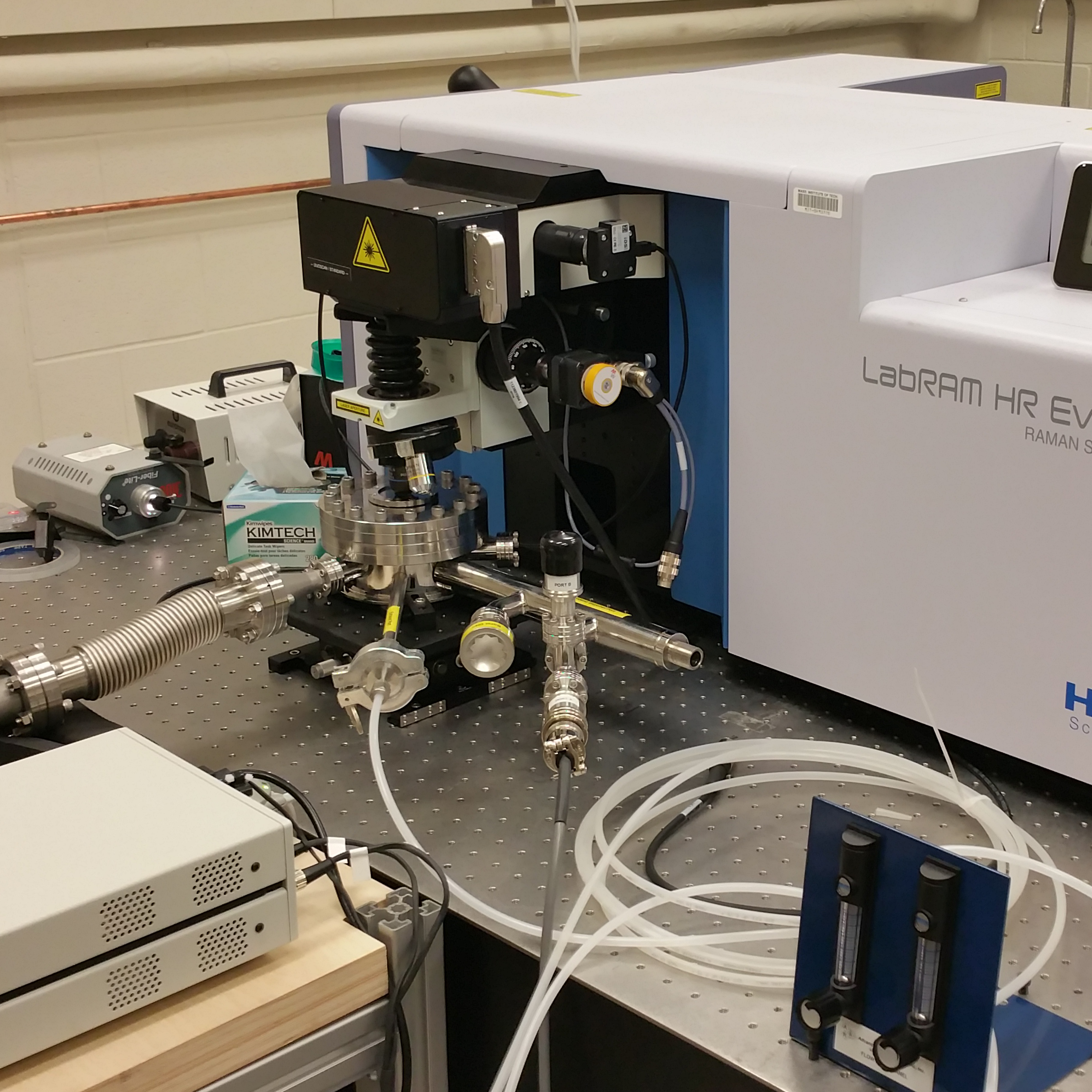 LT-OM UHV custom designed for z-translator integration and low working distance optics with a LabRAM Raman Microscope.