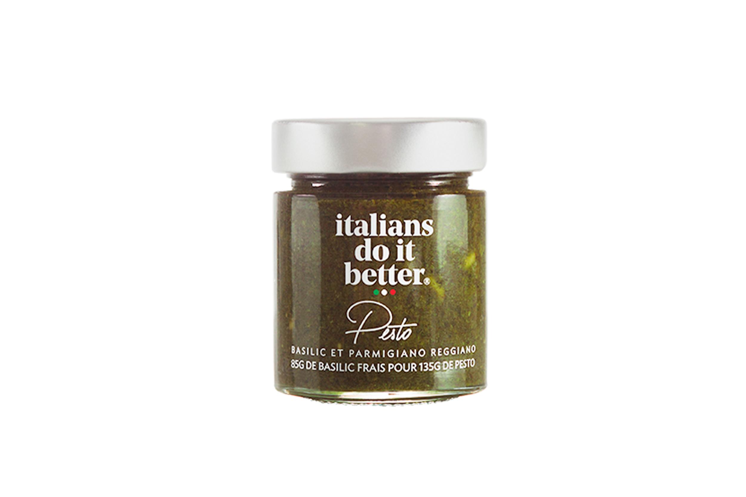 Pesto 135g   Huile d'Olive, Basilic (24%), Pignons de pin (9%),  Parmigiano Reggiano AOP (5%) , Sel, Vinaigre de Vin, Ail.  85g de basilic frais utilisé dans cette sauce ! La recette traditionnelle du  Pesto alla Genovese  fait en Ligurie, la région originaire de ce grand classique de la gastronomie italienne. A déguster dans vos pasta mais également sur vos poissons ou sur des bruschette pour l'apéritif.   How to do it better :  salez l'eau des pâtes, cuire la pasta al dente et faites-la revenir 1 minute à feu doux avec la sauce. Saupoudrez le tout de Parmigiano Reggiano. A cuisiner avec des  spaghetti .  Petite astuce : dans un saladier, hors du feu, délayer le pesto avec un peu d'eau de cuisson de vos pâtes qui est chargé en amidon. Une fois vos pâtes cuites les mettre dans le saladier, mélanger et servir aussitôt.
