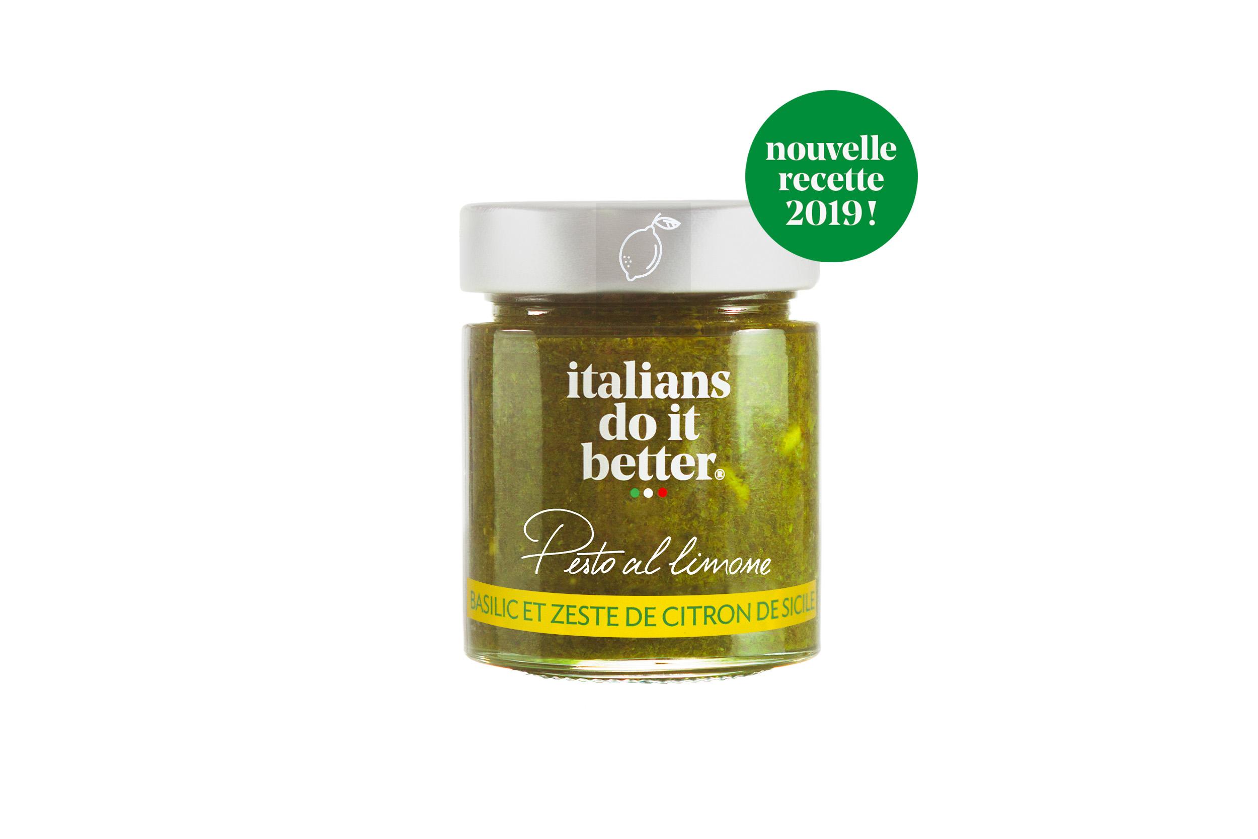 Pesto al Limone 135g   Huile d'Olive Extra Vierge, Basilico Genovese AOP (31%), Pignons de pin (14%), Zestes de citron (5%), Sel, Ail.  Une recette délicieuse de l l'île de Procida dans la baie de Naples. Un pesto inédit et unique relevé d'un zeste de citron de sicilien. A déguster aussi bien avec vos pasta, dans vos salades ou sur vos poissons.   How to do it better :  salez l'eau des pâtes, cuire la pasta al dente et faites-la revenir 1 minute à feu doux avec la sauce. Saupoudrez le tout de Parmigiano Reggiano. A cuisiner avec des  spaghetti .  Petite astuce : dans un saladier, hors du feu, délayer le pesto avec un peu d'eau de cuisson de vos pâtes qui est chargé en amidon. Une fois vos pâtes cuites les mettre dans le saladier, mélanger et servir aussitôt.