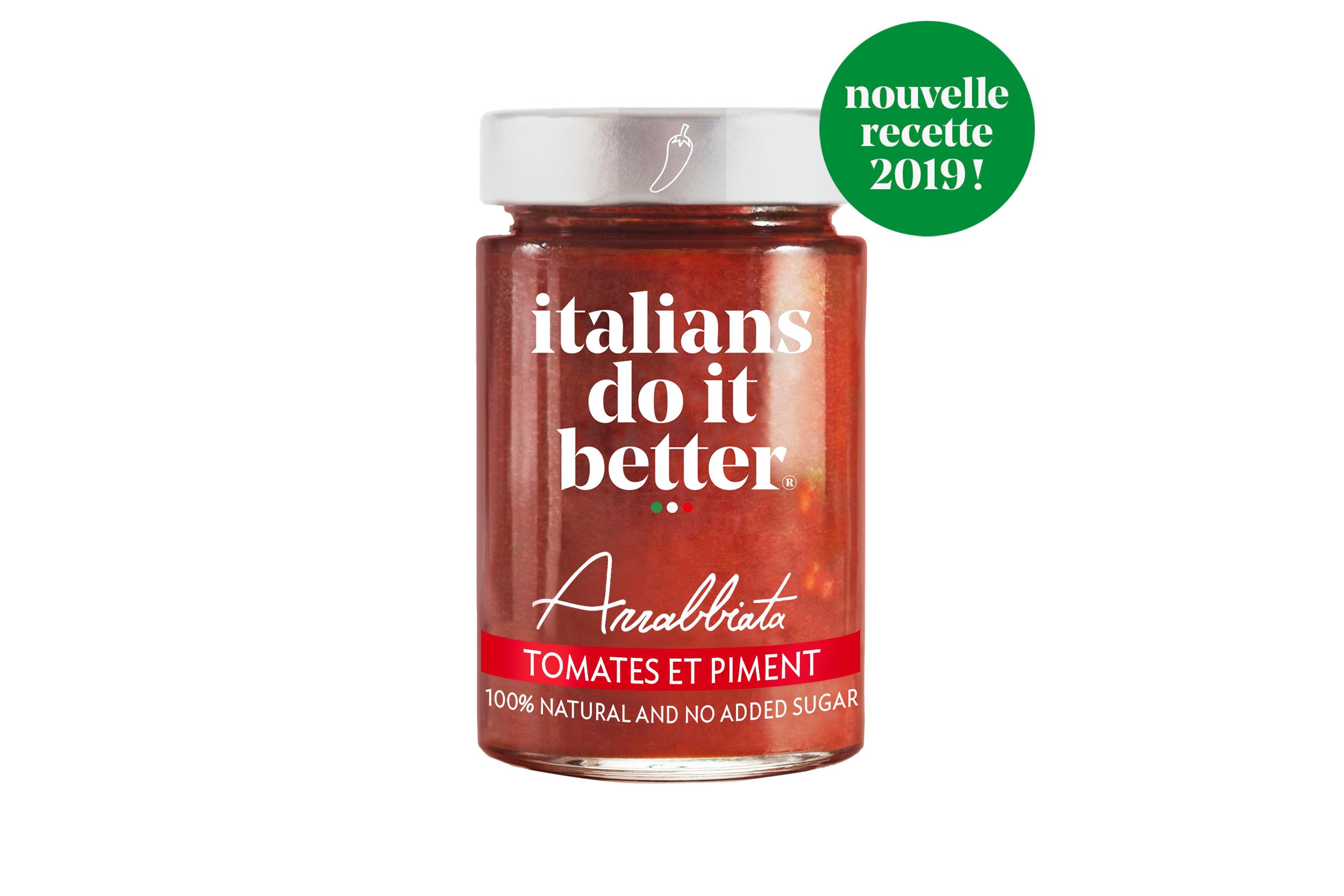 Arrabbiata 190g   Tomates (91%), Huile d'olive extra vierge, Carottes, Oignons, Basilico Genovese AOP, Sel, Piment (0,1%), Ail, Poivre.  Cette sauce savoureuse et relevée est originaire du Latium et plus précisément de Rome.  Le nom Arrabiata vient du fait que la personne qui déguste cette sauce devient toute rouge comme si elle était énervée.   How to do it better :  salez l'eau des pâtes, cuire la pasta al dente et faites-la revenir 1 minute à feu doux avec la sauce. Saupoudrez le tout de Parmigiano Reggiano. A cuisiner avec des  penne  .