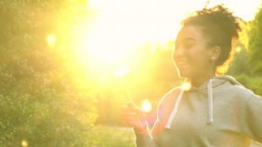 dente-di-leone-di-salto-della-ragazza-della-corsa-mista-dell-adolescente-della-giovane-donna-afroamericana-della-ragazza-al-92617106.jpg