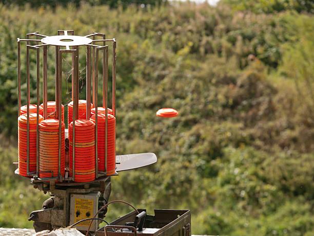le « ball-trap » un sport d'adresse ! - le « ball-trap » est un sport d'adresse consistant à abattre au fusildes galets appelés pigeons d'argile