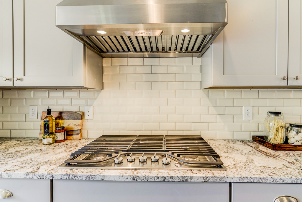 1387 Kitchen Cooktop.jpg