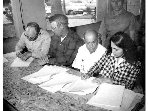 Huerta at negotiations with Gallo, circa 1973.  Via Smithsonian .