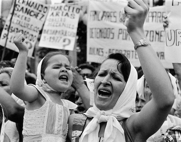 Madre_e_hija_de_Plaza_de_Mayo.jpg