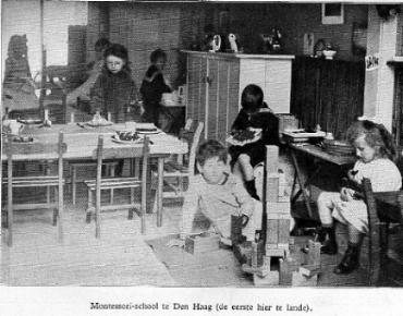 Colegio  Montessori en los Países Bajos,1915. Fotografía recogida en el libro  Van Holkema & Warendorf's Uitgevers Mij , Ámsterdam, 1916. Vía Wikipedia