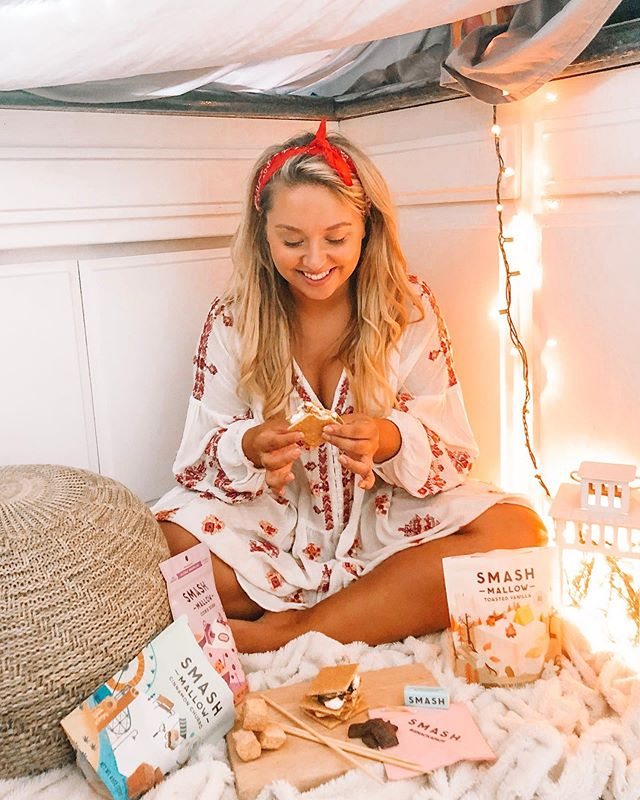 Life is s'more fun when you make adult forts in your kitchen with @snackapade! My new favorite s'more combo? Cinnamon Churro SMASHMALLOW with dark chocolate! #SMASHMALLOW #SMOREBETTER #SMASHUP #sponsored