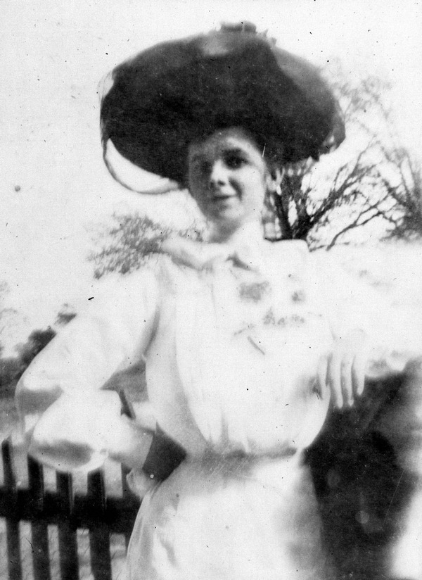 Eula Bates in front of the Davis home c.1902. (Image Courtesy of the  State Archive of Florida )