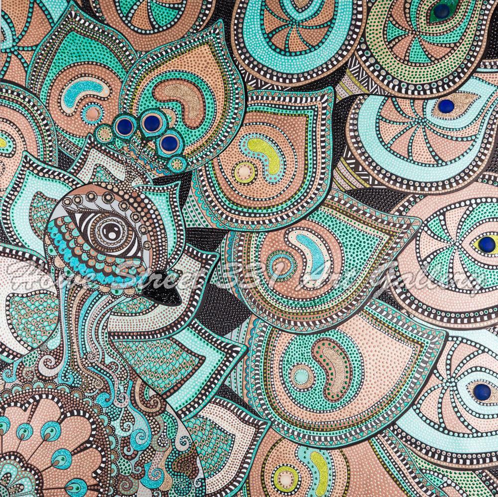 Sara Parsaee  她主要是在不同尺寸的帆布上创作丙烯画。风格是点彩派。整个画布上都覆盖着小点,这些小点都是通过刷子一个接一个地点上去的。每幅作品根据不同的尺寸大约需要1到2个月才能完成。由于使用金属色和闪光色,它们具有独特的效果。有些作品是由闪闪发光的小石头或沙子拼接而成的。