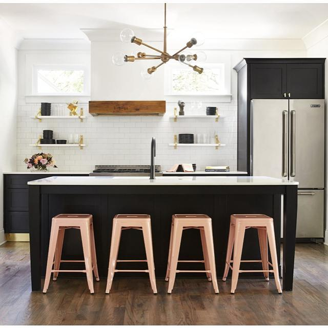 This kitchen designed by @sararay_interiordesign is fantastic! I love the black island paired with the light pink stools. Wonderful space!  #interiordesign #interiordesigninspiration #interiordesigninspo #interiorinspiration #interiorinspo #design #designinspiration #designinspo #kitchendesign #kitcheninspiration #kitcheninspo #kitchensofinstagram #kitchensofinsta