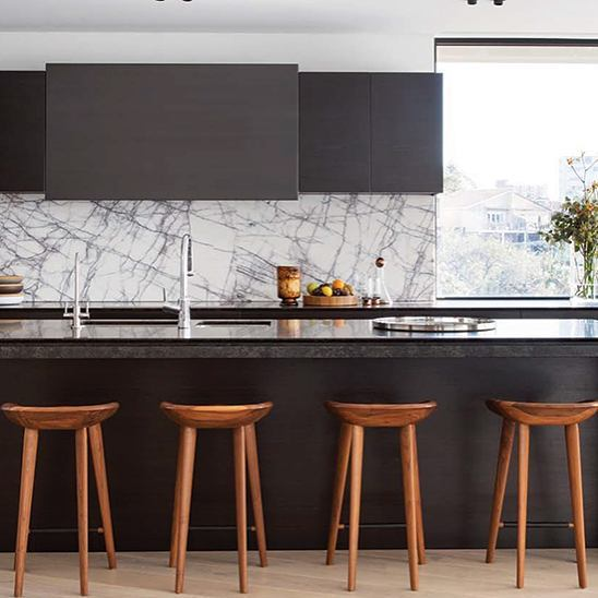 This kitchen designed by @decus_interiors is amazing! The marble backsplash is gorgeous and it looks fantastic paired with the black island and cabinets. Simply stunning!  #interiordesign #interiordesigninspiration #interiordesigninspo #interiorinspiration #interiorinspo #design #designinspiration #designinspo #kitchendesign #kitcheninspiration #kitcheninspo #kitchensofinstagram #kitchensofinsta