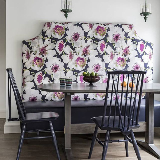This dining nook designed by @jmorrisdesigner is adorable! I love the floral upholstery on the banquette. Such a great space!  #interiordesign #interiordesigninspiration #interiordesigninspo #interiorinspiration #interiorinspo #design #designinspiration #designinspo #diningroomdesign #diningroominspiration #diningroominspo #diningnook