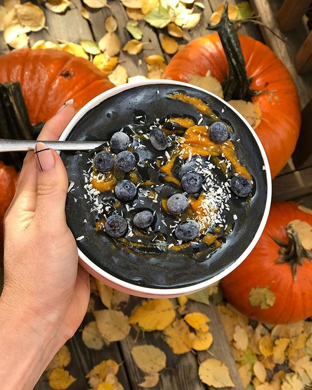 // 🖤🧡 NOVEMBER One! Kick off the beginning off the month with my Detoxifying Smoothie Bowl Recipe 🧡🖤 -  The month of acknowledgement: Be Thankful and grateful for everything that has happened to you and for you this past year and begin to channel what you want to create for the next year in these last two months. - THINK; attitude, discipline, goals, environment, relationships, career, health, fitness, etc... - DETOXING SMOOTHIE BOWL: •2 frozen Saba bananas •1 cups almond milk 🖤1 Tbs Activated Charcoal with coconut [The DETOXer~ Activated Charcoal is commonly known to absorb toxins in the body to be eliminated} •1/4 cup frozen blueberries •1 scoop @nowfoodsofficial Vanilla Plant Protein complex •dash Ceylon cinnamon •1/2 tsp maca root powder (Energy and hormone balance) •1/2 tsp reishi mishroom (immunity and stamina) •1/2 tsp ashwagha (stress control) - Blend until smooth then top with frozen berries, coconut, pumpkin and Sunbutter