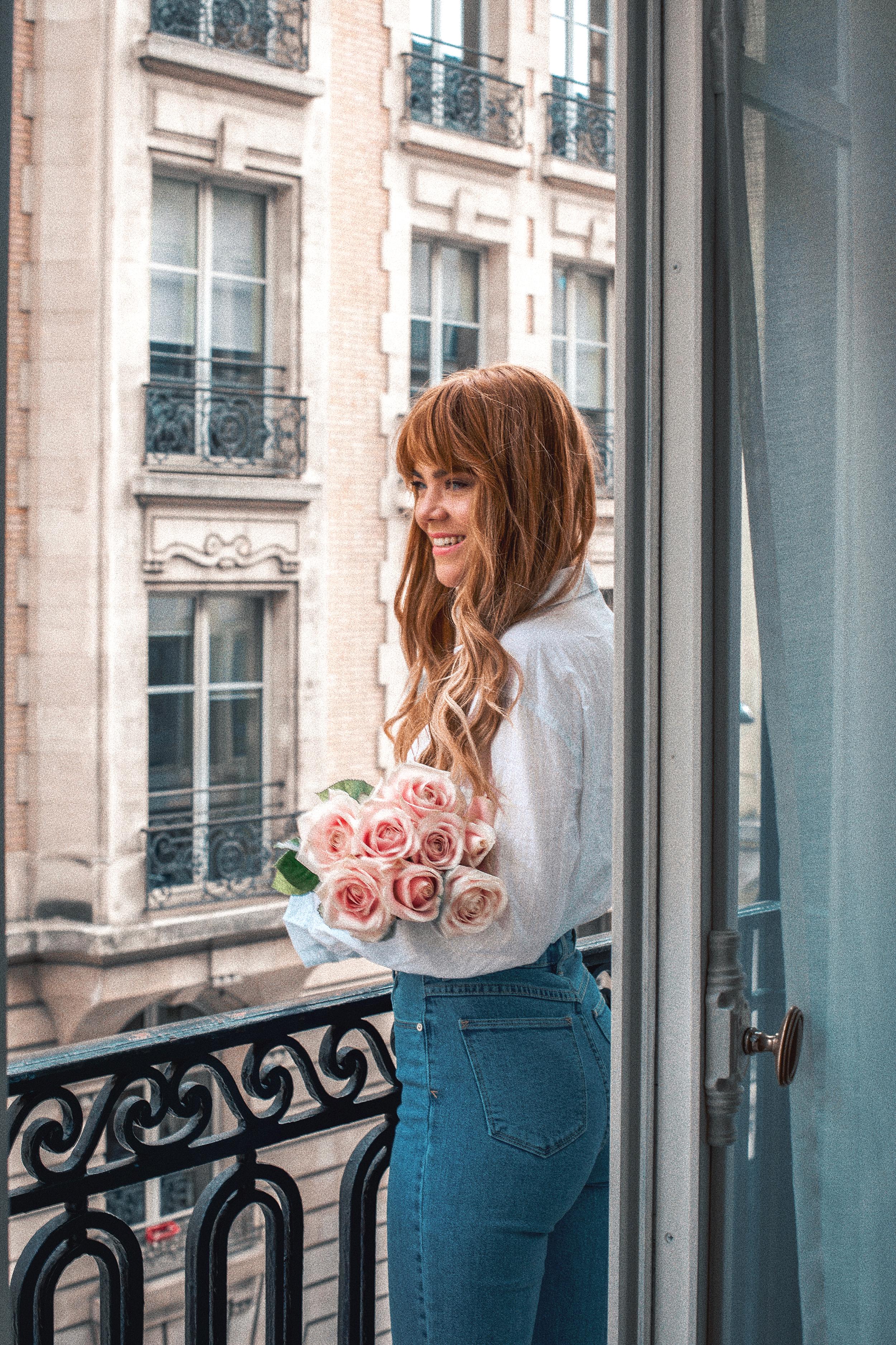 paris-hotel-balcony-romance-pink-roses_2.jpg