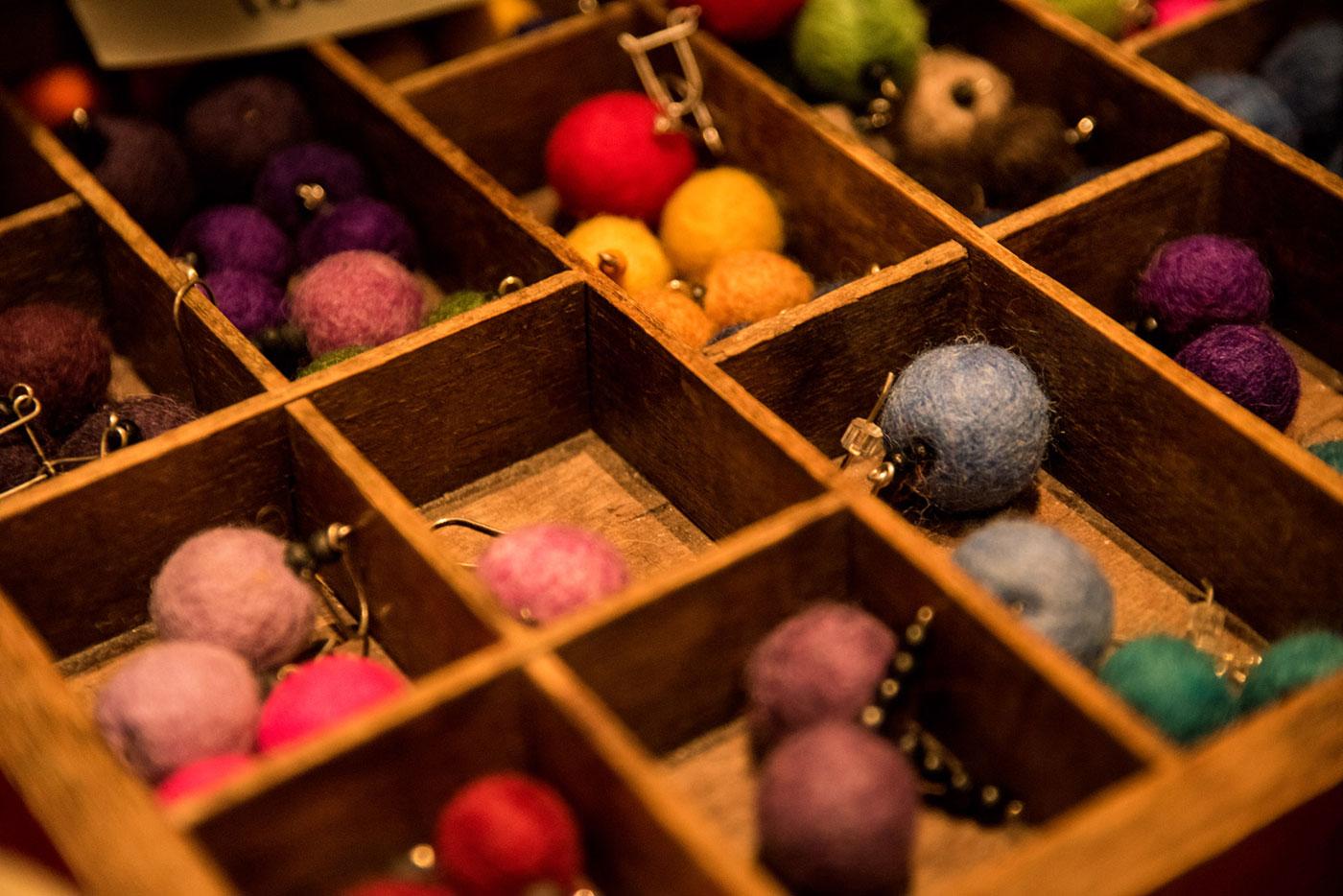 valikoima - Valikoima myytävistä tuotteista on todella laaja. Löytyy koruja, laukkuja, pyyhkeitä, sukkia, villasta huovutettuja hattuja, käsin kudottuja mattoja, ovi kransseja,katajasta tehtyjä keittiövälineitä, lastenleluja, keramiikkaa vaikka saunan kiukaalle, metsäntonttuja, herkkuja joulupöytään ym. ym.Sisällä myyjiäon noin 130 kpl kahdessa kerroksessa, myös ulkoa löydät myyntikojuista havutöitä, keramiikkaa, nahkahansikkaita, suolaisia ja makeita herkkuja..