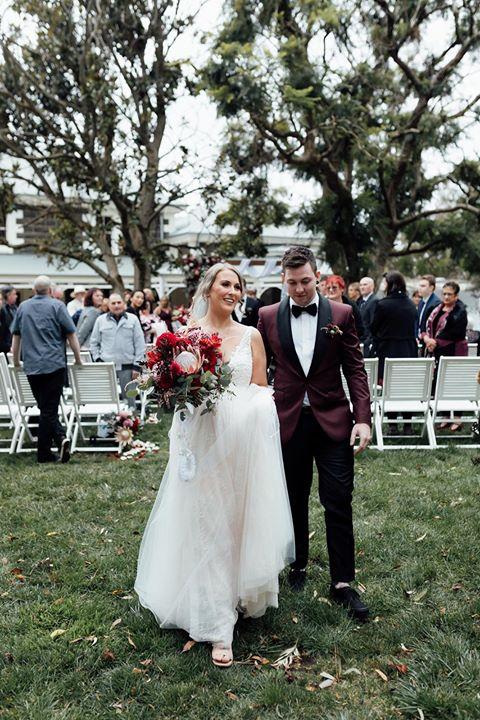 Hayley & Josh Photo: @freethebirdweddings