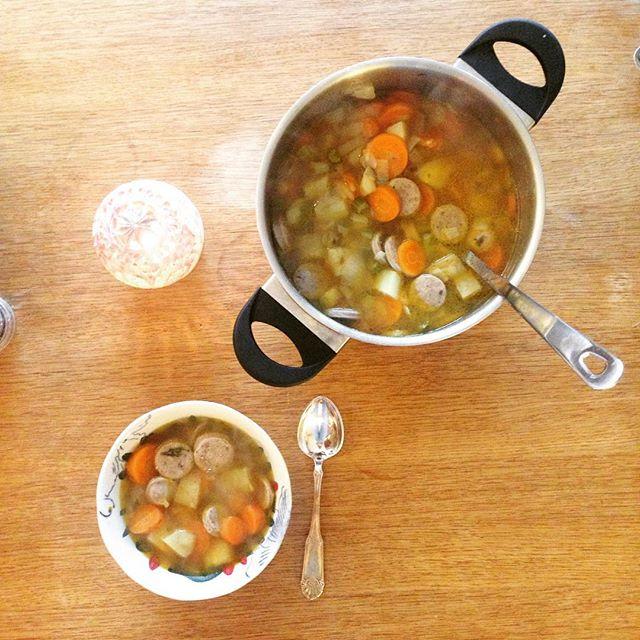 Hva passer bedre på en kald septemberdag enn en god og varm grønnsakssuppe? 🍂 Denne er laget med pastinakk, gulrot, løk, purre, potet og stangselleri fra forrige pose, løpstikke fra Bua og lammepølse 🥕 namnam!