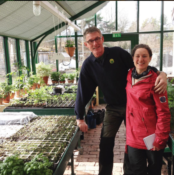 Bærekraftig  Ås Kooperativ videreformidler matvarer produsert etter bærekraftige prinsipper. Gjennom oss kan en bestille økologiske grønnsaker fra lokale gårder og handle matvarer fra småskalaprodusenter i vår lille butikk på NMBU. Les om hvordan kooperativet fungerer her.
