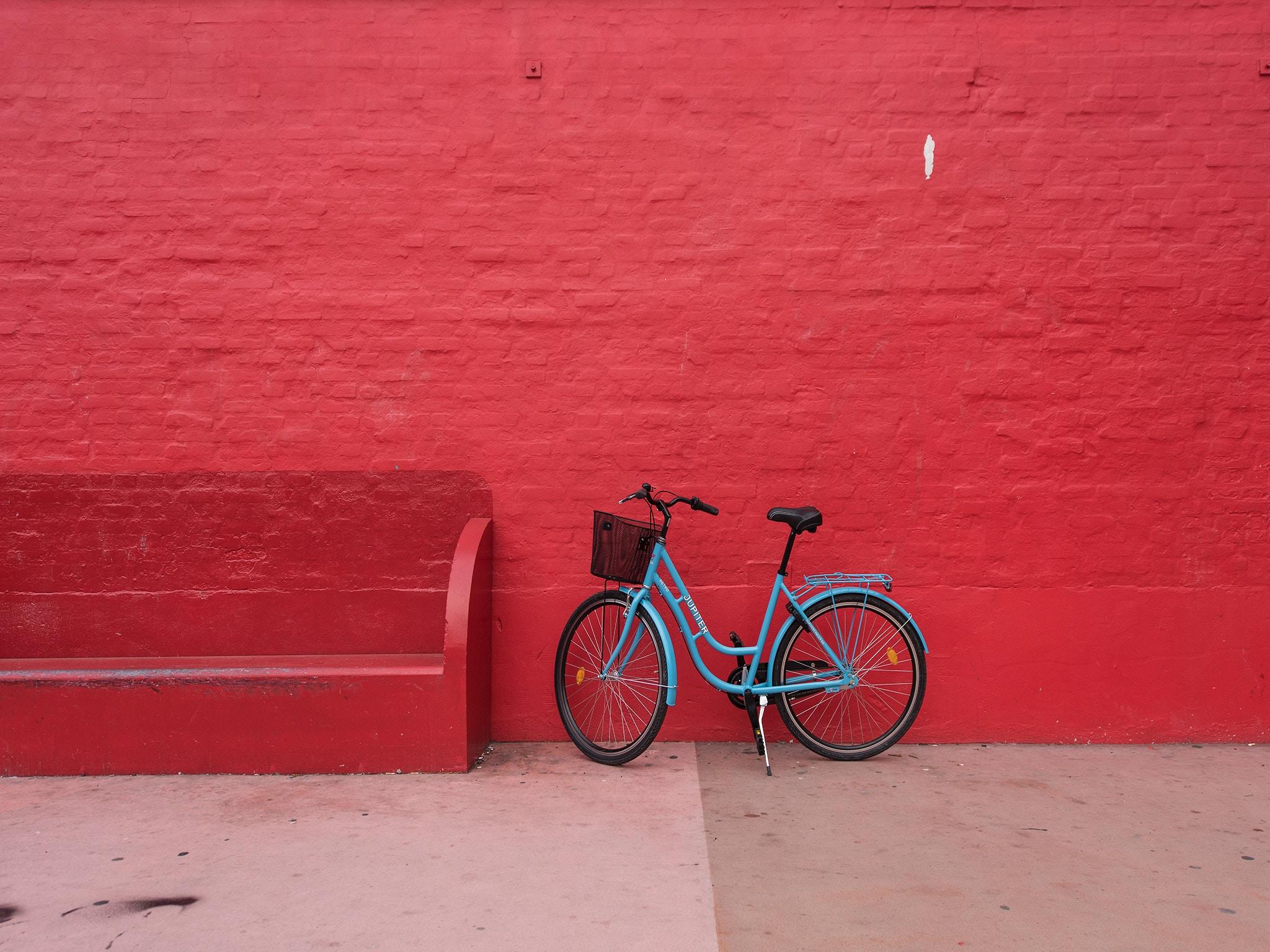 Rode muur met fiets - christian-stahl-323329.jpg