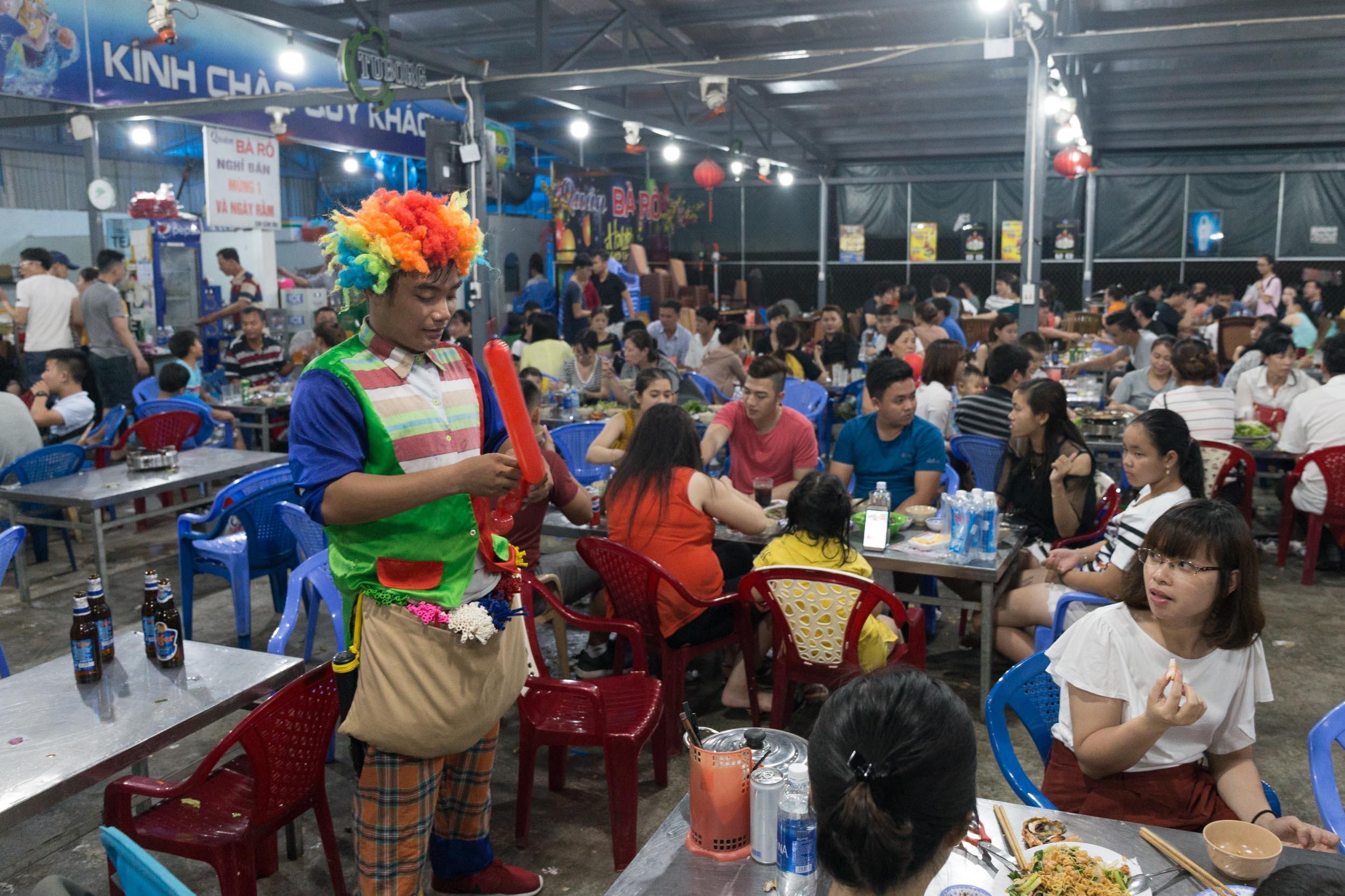 Family entertainment at Hải sản Bà Rô, Restaurant Da Nang, Vietnam.
