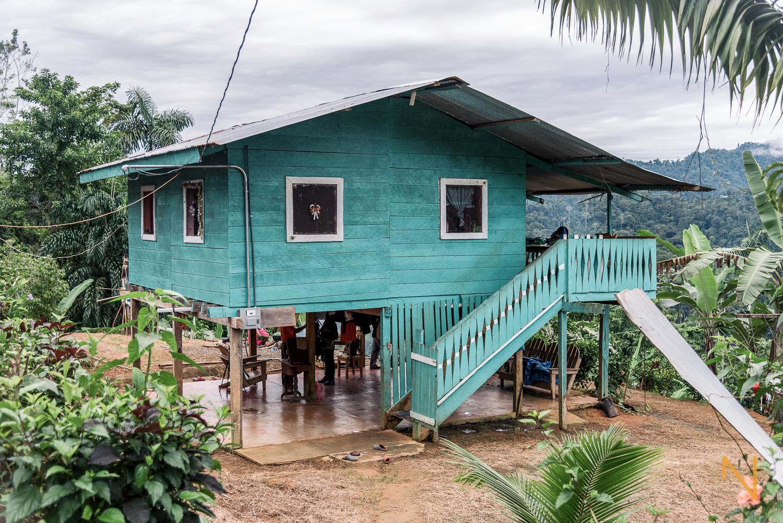 La casa donde viven Genaro Palacio y su familia, en los acantilados del Valle del Rey.